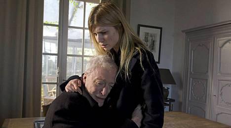 Professori Morgan (Michael Caine) alkaa viettää aikaa nuoren Paulinen (Clémence Poésy) kanssa.