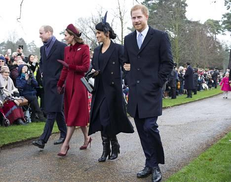 """Brittilehdet uskovat kuningatar Elisabetin määränneen herttuaparien välille """"välirauhan"""", jottei hovi saisi enää yhtään enempää negatiivista julkisuutta."""