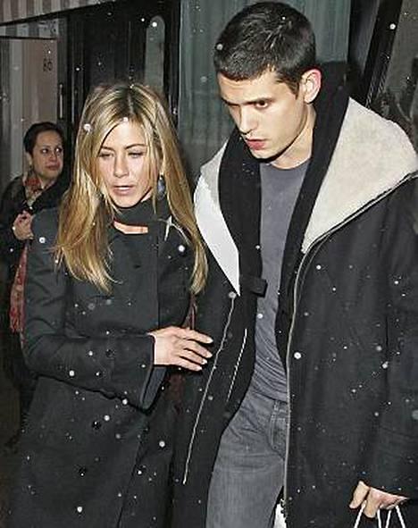 Jennifer Anistonin kerrotaan haaveilevan isoista häistä.