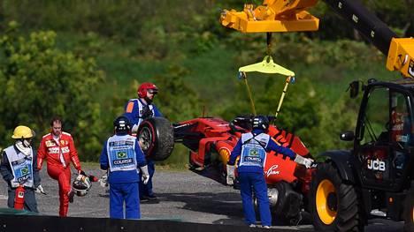 Sebastian Vettelin autosta hajosi vasen takarengas, kun saksalainen kolaroi tallikaverinsa Charles Leclercin kanssa.