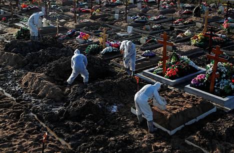 Tutkijaryhmä tuli siihen tulokseen, että länsimaissa keskimäärin 0,4 prosenttia koronavirukseen sairastuneista menehtyy. Kuvassa koronavirukseen menehtyneitä uhreja haudataan tilapäiselle hautausmaalle Pietarissa Venäjällä.