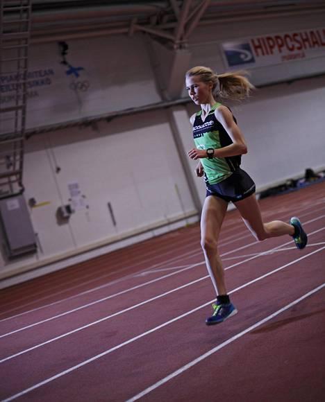 Oona Kettunen on alle 20-vuotiaiden Euroopan mestari 3000 metrin esteistä. Vuoden 2013 huippuvuoden jälkeen alkoivat isot vaikeudet.