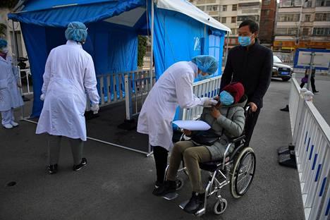 Kiinassa mitattiin kuumetta potilailta helmikuun alussa. WHO on julistanut uuden koronaviruksen kansainväliseksi terveysuhaksi.