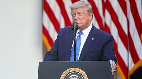 Presidentti Donald Trump puhui Valkoisen talon ruusutarhassa.