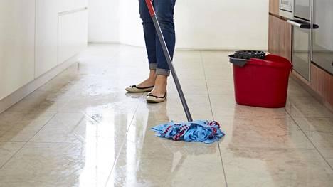 Kotisiivoojan mukaan moni suomalainen pesee lattiat liian hapokkaan aineen kanssa.
