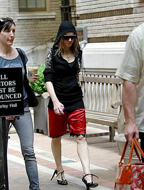 Huhujen riivaama Madonna kävelee New Yorkin -asuntonsa ulkopuolella.