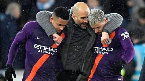 Gabriel Jesus (vas.) ja Sergio Agüero (oik.) juhlivat Pep Guardiolan kanssa Cityn voittoa.