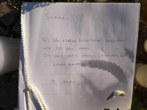 Kortissa muistettiin serkkua runoilija Anna-Maija Raittilan koskettavalla runolla.Ei ole varjoa kenenkään saapuvan yllä/On vain aamu/On vain perille pääsy.