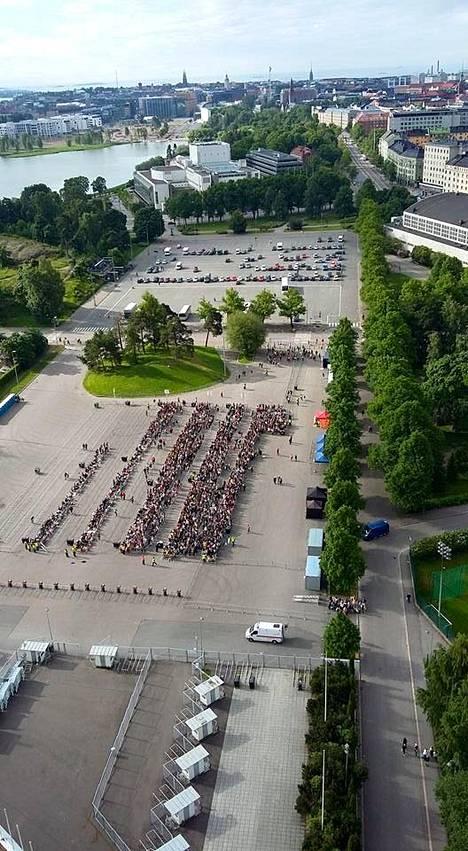 Tältä jono One Directionin konserttiin näytti aamupäivällä stadionin tornista.