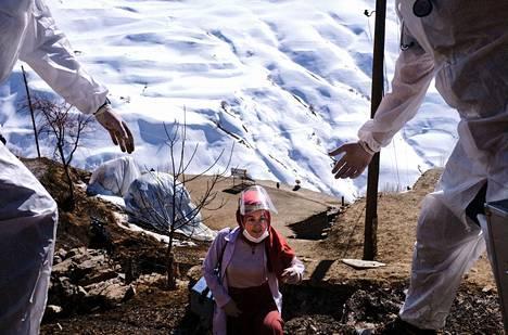 Koronan torjuminen vaatii pitkäjänteistä työtä varsinkin syrjäseuduilla sekä köyhissä ja kehittyvissä maissa. Turkin viranomaiset rokottivat kurdiväestöä Imamlin ja Ozbeylin vuoristokylissä 15. helmikuuta.