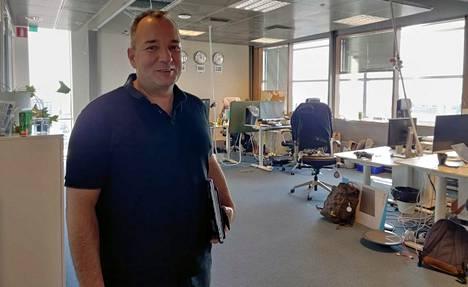 Englantilainen Mark Cochrane vetää Lightneeriä Helsingin Ruoholahdessa. Pelialalla yleisen tavan mukaan kengät otetaan jalasta toimistolla.