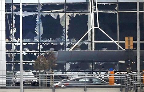 Lentokentän ikkunat pirstoutuivat rikki voimakkaassa räjähdyksessä.