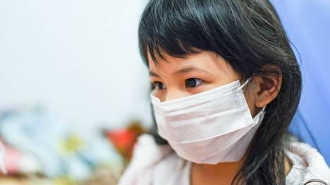 Vauvat eivät voi käyttää hengityssuojainta, joten jos perheessä todetaan koronavirustapaus, perheenjäsenet voivat pienentää tartuntavaaraa käyttämällä itse suojainta.