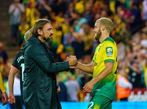 Voitokas kädenpuristus. Päävalmentaja Farke ja Pukki juhlivat voittoa. Se oli yksi hienoimmista Norwichin historiassa.