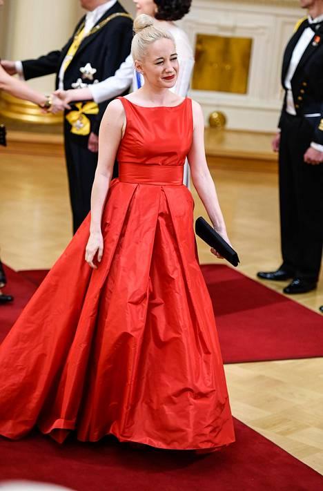 Lastenkirjailija ja ohjelmoinnin perusteiden opettaja Linda Liukas näytti ihastuttavalta runsaassa punaisessa puvussaan.
