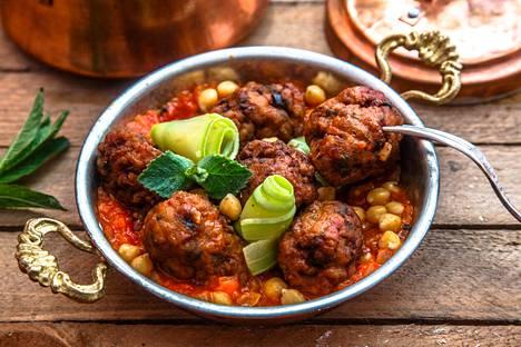 Lihapullat turkkilaiseen tapaan, tässä tarjoiltuna tomaattikastikkeen, kikherneiden ja mintun kera.
