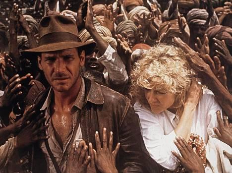 Indiana Jones (Harrison Ford) sai synkkäsävyisessä Tuomion temppelissä rinnalleen yökerholaulaja Willie Scottin (Kate Capshaw).