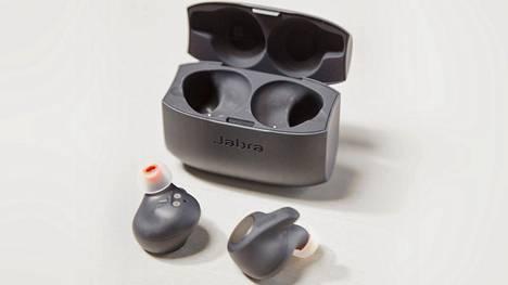 Jabra Elite Active 65t -kuulokkeita säilytetään latausrasiassa, jolla saa kuulokkeisiin virtaa 10 lisätunniksi.