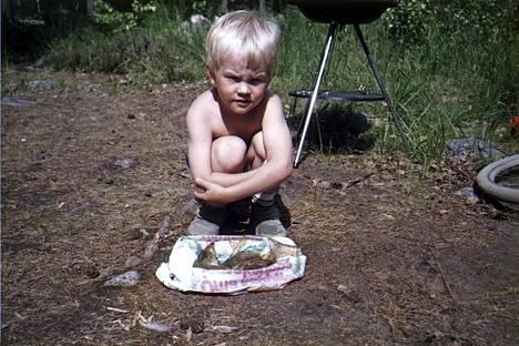 vakava poika Pikku-Kimi pihasiivouspuuhissa 1980-luvun puolivälin tienoilla.