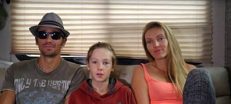 Brett, Gabriel ja Amelia Irwin eivät tiedä vielä, milloin he pääsevät jatkamaan matkaansa. Perheeseen kuuluvat myös pikkuveli Grey, 2, sekä kaksi kissaa.
