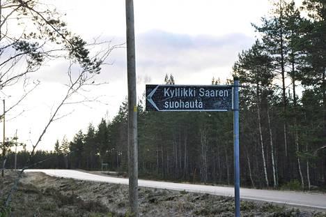 Kyllikki Saaren suohaudalle johdatteleva kyltti on raapustettu täyteen nimikirjoituksia Isojoki lokakuussa 2012.