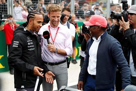 Lewis Hamilton ja hänen isänsä Anthony Hamilton Jenson Buttonin haastateltavana Silverstonessa kesällä 2019.