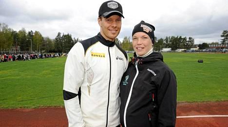 Tero Pitkämäki (vas.) ja Niina Kelo saivat esikoispojan maanantaina.