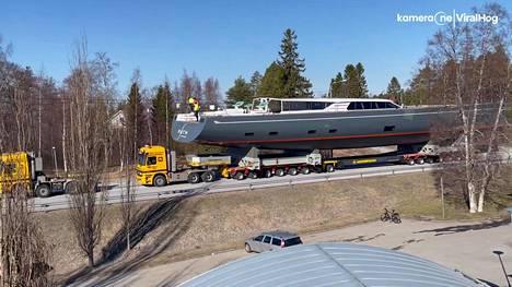 Aluksen kuljettamiseen tarvittiin kahden vetoauton voimat.
