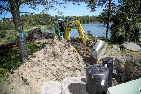 Kun kuoppaan oli saatu hieman täytettä, ryhtyi Grönberg kaivamaan paikkaa näytteenottokaivolle.