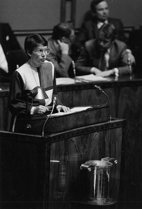 Kuuskoski eduskunnan puhujanpöntössä vuonna 1985 puolustamassa hallituksen päätöksiä.