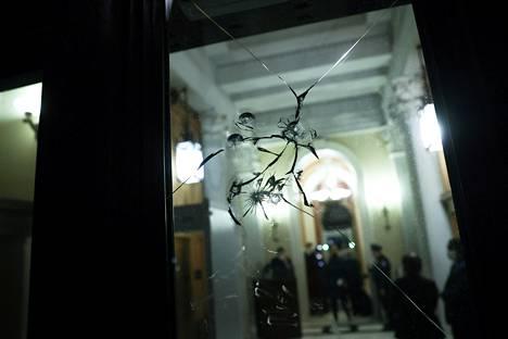 Mellakoitsijat rikkoivat kongressirakennuksen ikkunoita ja ovia. He myös varastivat muun muassa kongressiedustajien tavaroita.