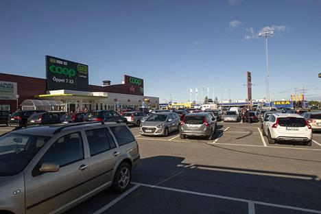Coop-marketin ja Ikean pysäköintialueet täyttyivät autoista lauantaina Haaparannalla.