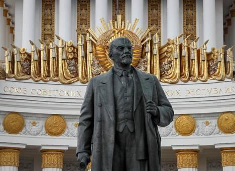 Lenin ei antanut demokratian estää vallankumoustaan.