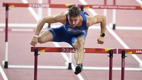 Elmo Lakka juoksi 110 metrin aidat Dohan MM-kisoissa viime syksynä.