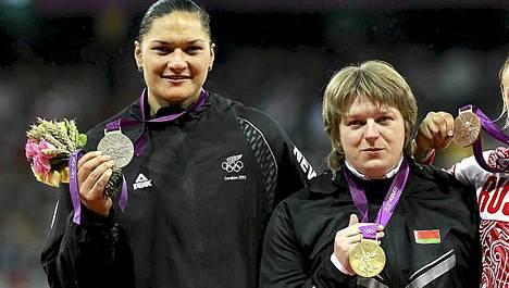 Valerie Adams (vas.) saattaa joutua odottamaan kultamitaliaan vielä pitkään.