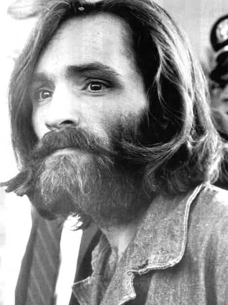 """Charles Mansonin 1960-luvulla johtama nuorista koostunut kultti, """"Perhe"""", syyllistyi useisiin murhiin."""