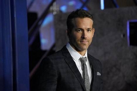 People-lehti valitsi Reynoldsin maailman seksikkäimmäksi mieheksi vuonna 2010. Reynolds sai roolistaan Deadpool-elokuvassa parhaan miespääosan Golden Globe -ehdokkuuden.