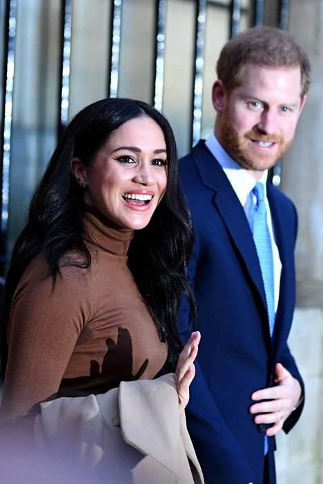 Harry ja Meghan vetäytyy roolistaan Britannian hovin ykkösrivissä.