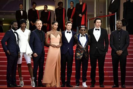 Elokuvan näyttelijäkaarti John David Washington, Damaris Lewis, Jasper Paakkonen, Laura Harrier, Topher Grace, ohjaaja Spike Lee, Adam Driver ja Corey Hawkins kuvattuna Cannesin elokuvafestivaaleilla.