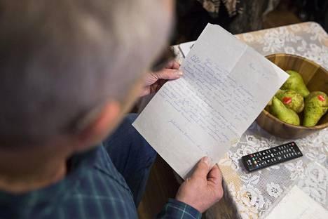 Oman alkutaipaleen tunteminen on Paavolle tärkeä asia. Kuvassa hän lukee kirjettä joulumerkkikodin hoitajalta. –Joulumerkkikoti on lyönyt minuun pysyvät leimat, Paavo sanoo.