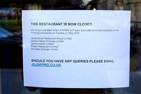 Jamie's Italian -ketjuun kuuluvan ravintolan ovelle Glasgow'ssa ilmestyi toissa päivänä lappu, jossa ilmoitettiin ravintolan sulkemisesta.