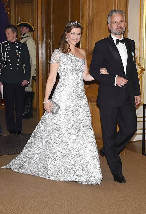 Puolisonsa Ari Behnin käsipuolessa saapunut Norjan prinsessa Märtha Louise oli tyrmäävä yksiolkaimisessa iltapuvussaan.