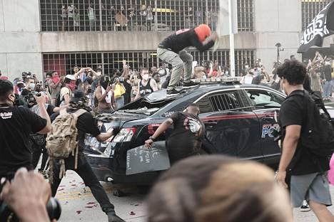 Mielenosoittajia kerääntyi CNN:n päämajan eteen Atlantassa.