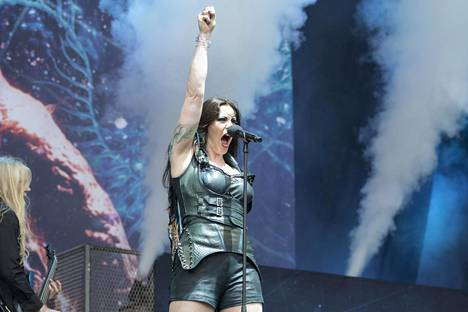 Floor Jansen kiersi Nightwishin mukana aluksi vierailevana solistina Anette Olzonin jätettyä yhtyeen kesken kiertueen.