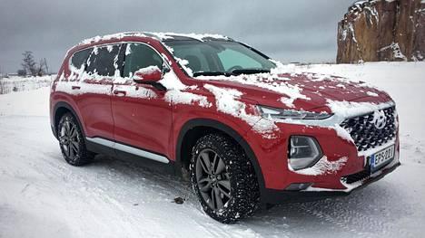 Suomen tuotavassa mallistossa Santa Fe on Hyundain isokokoisin henkilöauto. Täyslediajovalot on asemoitu näyttävästi. Ajovaloihin on yhdistetty myös automaattinen kaukovalojärjestelmä. Yhdistetty kulutus koeajossa oli 7,8 l/100 km.