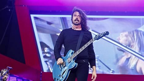 Dave Grohl ja Foo Fighters lavalla Rock the Beach tapahtumassa Hietaniemen uimarannalla Helsingissä, 19. kesäkuuta 2017.