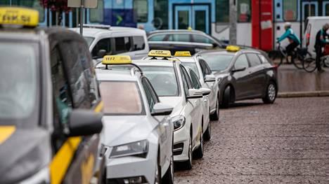 Enemmän ajavalle oma auto on edelleen todennäköisesti taksia edullisempi vaihtoehto ja tuo myös tietynlaista joustoa arkeen. Tuliterää autoa arvostavan kaupunkiasujan osalta tilanne voi kuitenkin olla eri.