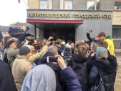 Petroskoin kaupunginoikeuden eteen oli kerääntynyt torstaina sankka joukko Dmitrijevin tukijoita ja toimittajia seuraamaan hänen tuomionsa julistamista.