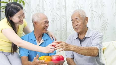 Japanilaisen viisauden mukaan ihmisen kannattaa syödä itsensä vain 80-prosenttisen täyteen. Hedelmiä syödään paljon.