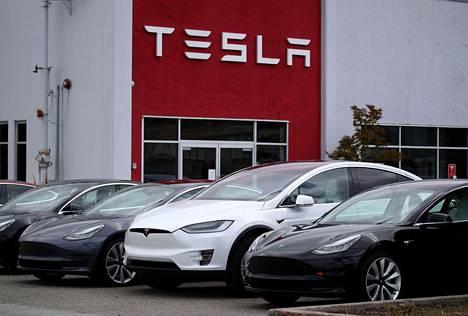 Vantaalaisen Teslan omistajan mukaan Model 3 -malleissa eniten maaliongelma on sinisissä ja mustissa yksilöissä.